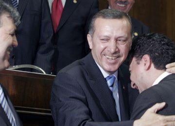 AKP'NİN KURULUŞUNDA PARTİYİ DEMOKRAT GÖSTERMEK İÇİN KULLANILAN VİTRİN SÜSÜ YÖNTEMİNİ ŞİMDİ BABACAN DENİYOR. TEKLİF GÖTÜRÜLENLER ARASINDA ZÜLFÜ LİVANELİ'DE VAR.