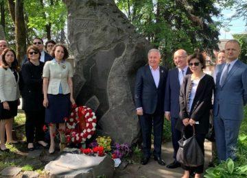 NAZIM HİKMET ÖLÜMÜNÜN 56. YILINDA MOSKOVA'DA MEZARI BAŞINDA ANILDI