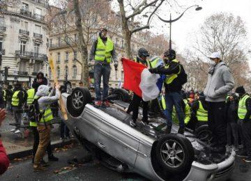 """BAZEN BARDAĞI TAŞIRAN TEK BİR ZAMDIR. FRANSA'DA """"SARI YELEKLİLERİN"""" AKARYAKIT ZAMMINA HAYIR DİRENİŞİ ÇIĞRINDAN ÇIKTI."""