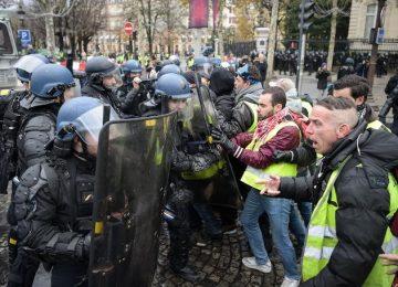 FRANSA'DA AKARYAKITA YAPILAN ZAMLARI PROTESTO EDEN SARI YELEKLİLERİN PARİS'TEKİ BÜYÜK DİRENİŞİ