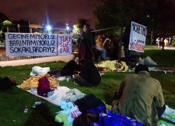 """TÜRKİYE GECE UYURKEN """"BARINAMIYORUZ"""" DİYEN ÖĞRENCİLER YİNE PARKLARDAN TOPLANDI"""
