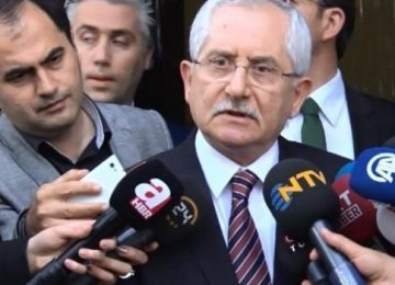 "YSK BAŞKANI SADİ GÜVEN, GAZETECİYİ AZARLADI: ""MİKROFONU BURNUMA TUTMA"""