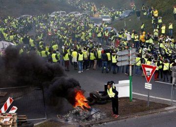 SEN MİSİN AKARYAKITA ZAM YAPAN. FRANSIZLAR BOYUN EĞMEDİ, PROTESTOLAR BÜYÜYOR. EYLEMCİLER 3 BENZİN DEPOSUNA ULAŞIMI ENGELLEDİ.