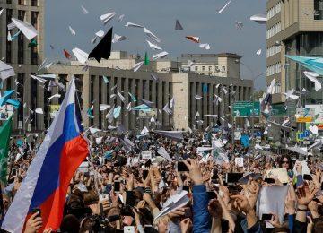 İNTERNETİME DOKUNMA! MOSKOVA'DA BİNLERCE KİŞİ İNTERNETE GETİRİLEN KISITLAMALARI PROTESTO İÇİN SOKAKLARA DÖKÜLDÜ.