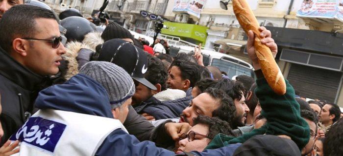 """TUNUS'TA EKONOMİK KOŞULLARI PROTESTO EDEN İŞSİZLERİN SLOGANI: """"KORKU YOK, SOKAKLAR HALKA AİT"""""""